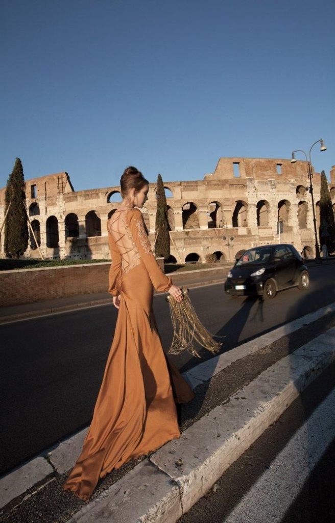 vestido para invitada a boda con impresionante espalda de Inbal Dror