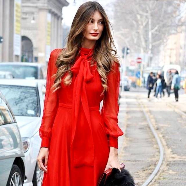 invitada con vestido rojo y estola