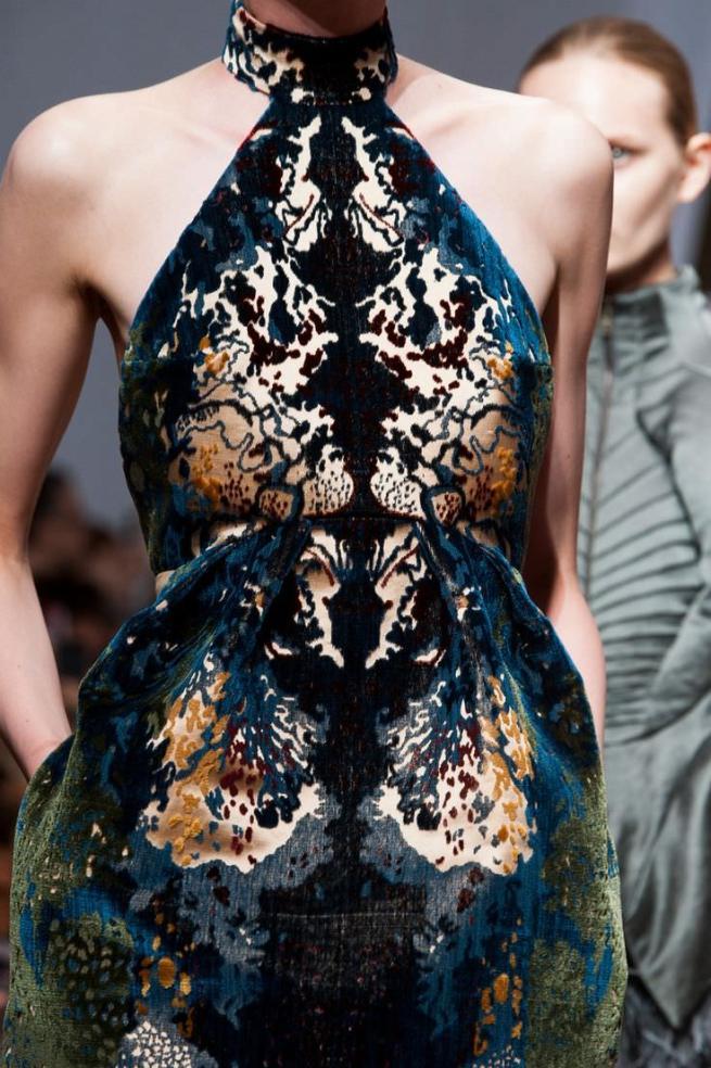 vestido_oro_y_terciopelo_azul