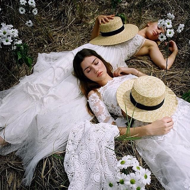 novias campestres con canotier