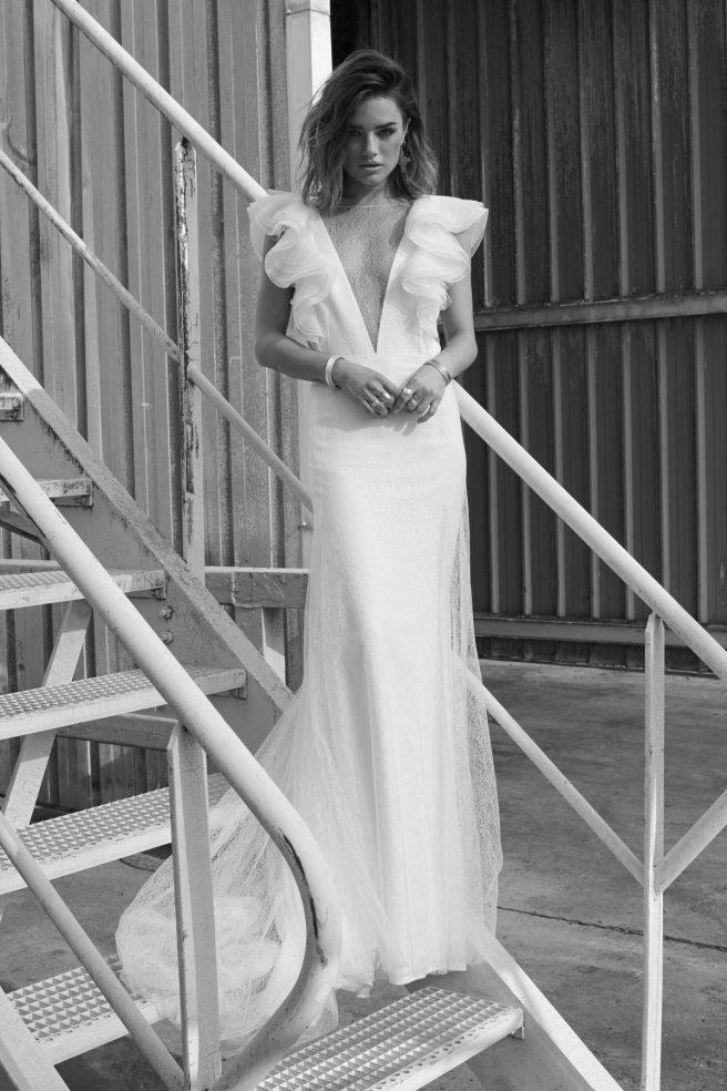 vestido-de-novia-con-escote-de-volantes