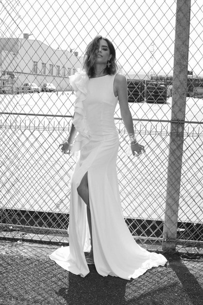 vestido-novia-con-detalle-de-volante-en-tirante